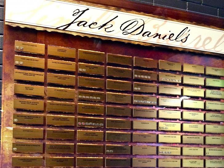 Погреб с именами тех, кто купил Джек Дэниэлс Cингл баррел