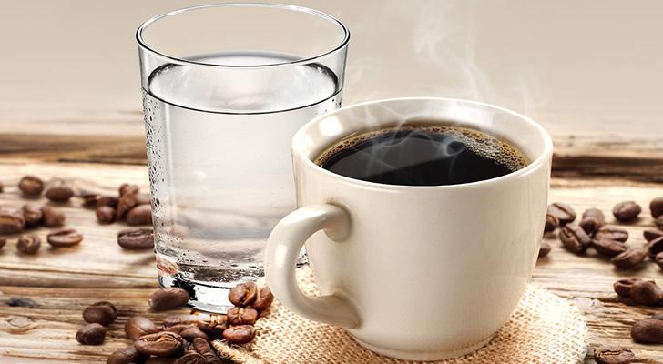 Зачем к кофе подают холодную воду: коротко и ясно