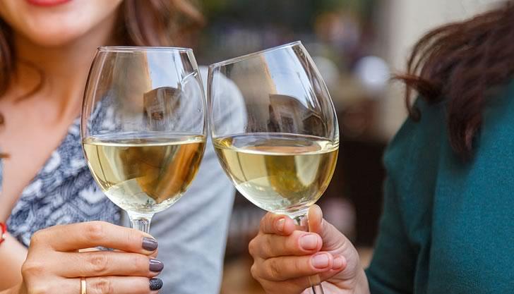 Как можно держать бокал с вином