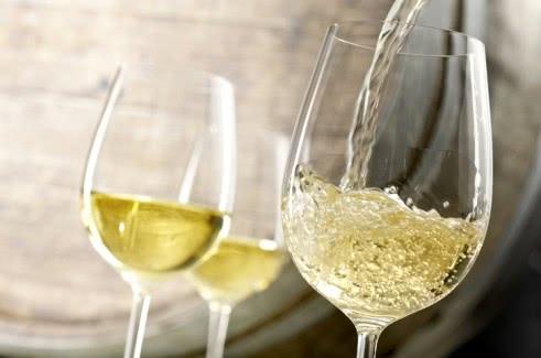 Белое сухое вино: из чего делают, как выбрать и пить
